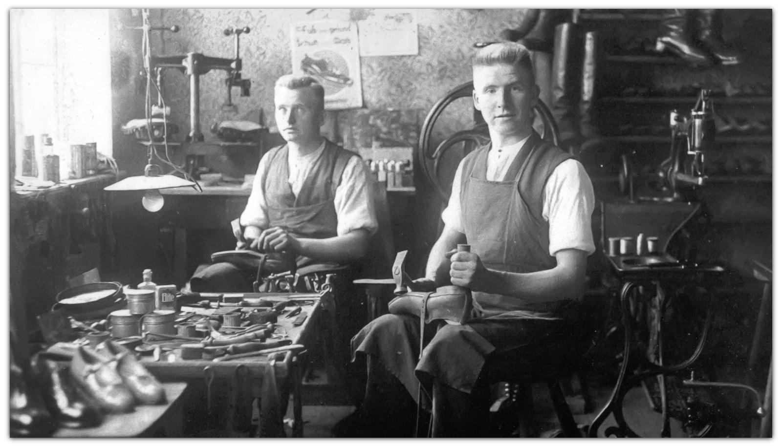Karl Horstmann Senior (rechts) in eigener Werkstatt in Walsrode